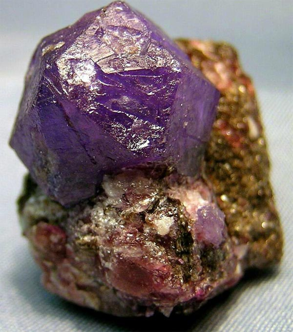 Камень Александрит: свойства, фото и кому подходит?