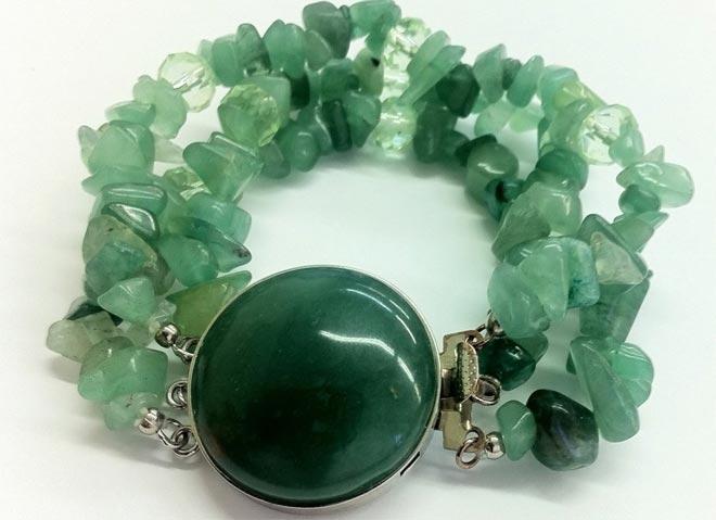 Украшение с зелёным камнем