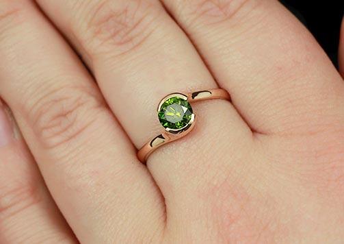 Золотое кольцо с зеленым бриллиантом