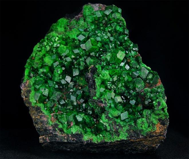 Минерал Зелёный Гранат