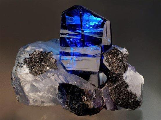 Камень Танзанит: свойства, фото и кому подходит по знаку зодиака