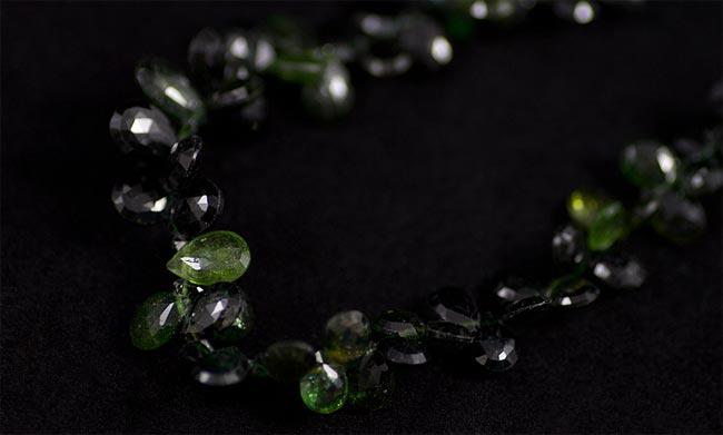 Чёрные и зелёные камни
